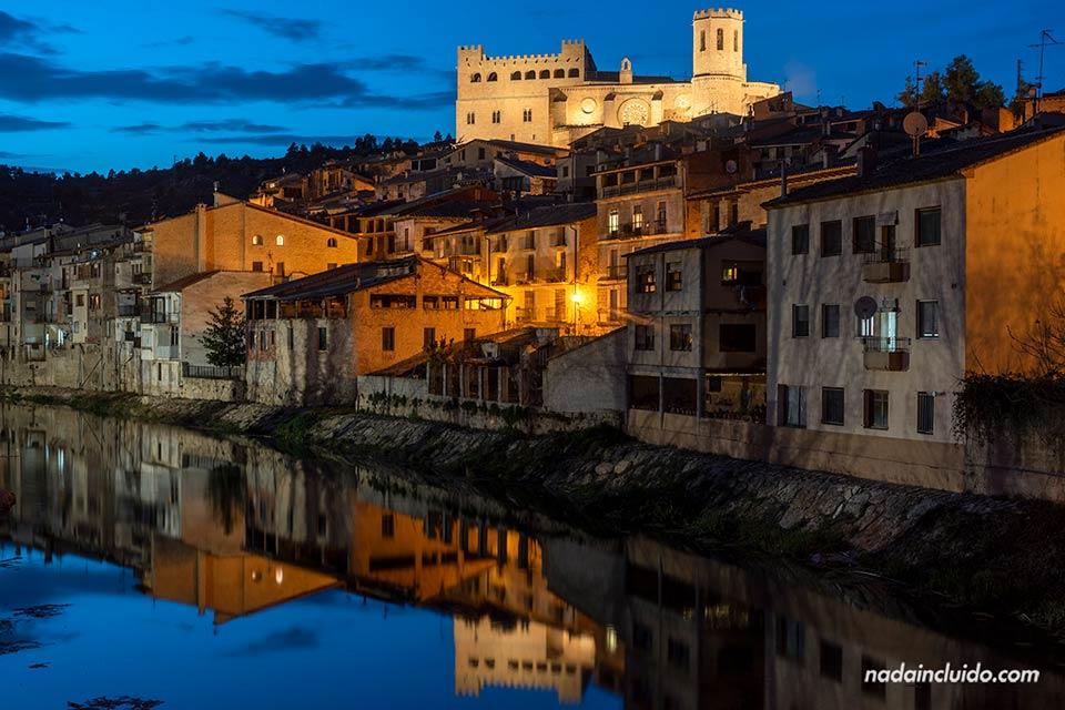 Vista de Valderrobres desde el río por la noche (Matarraña, Aragón)