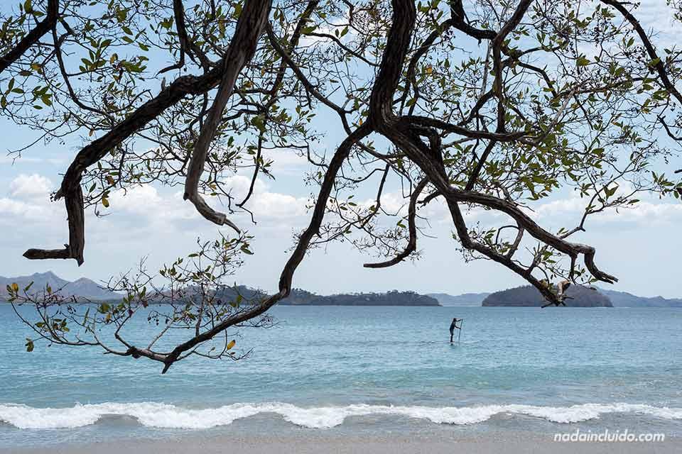 Surfero en Playa Dantita (Costa Rica)