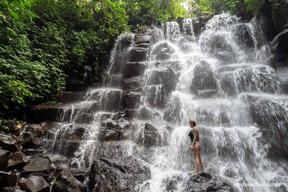 Turista en la cascada Kantolampo de Bali (Indonesia)