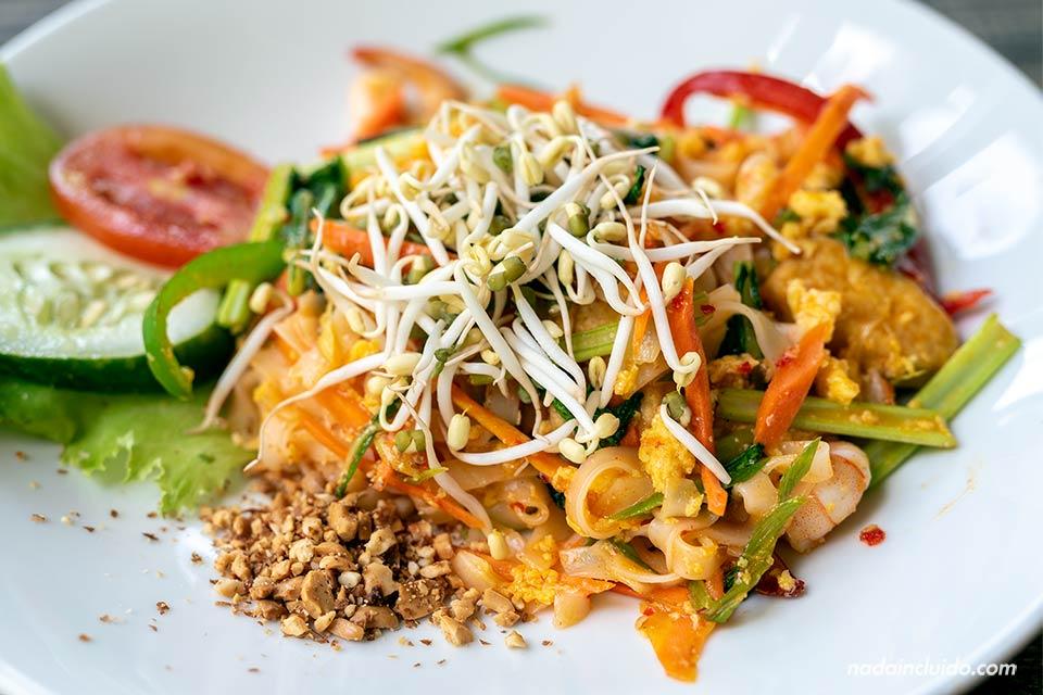 Comiendo Pad Thai en el restaurante Layana Warung de Bali (Indonesia)