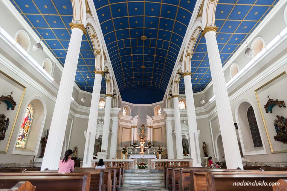 Interior de la Iglesia de Nuestra Señora de la Soledad en San José (Costa Rica)