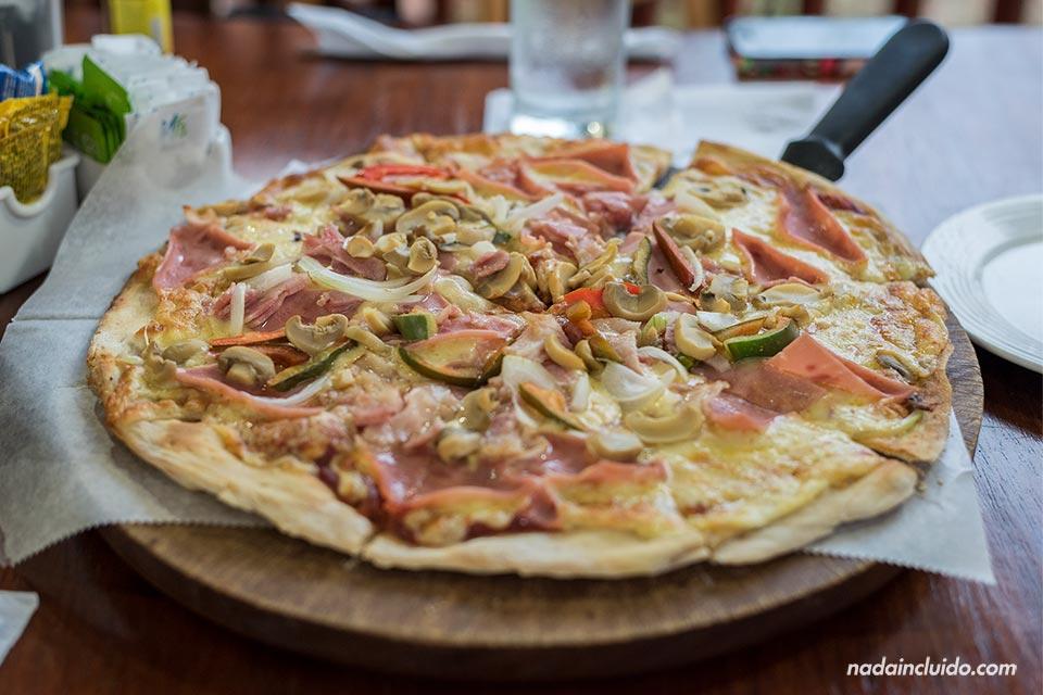 Pizza de la casa en el Restaurante Monteverde (Costa Rica)