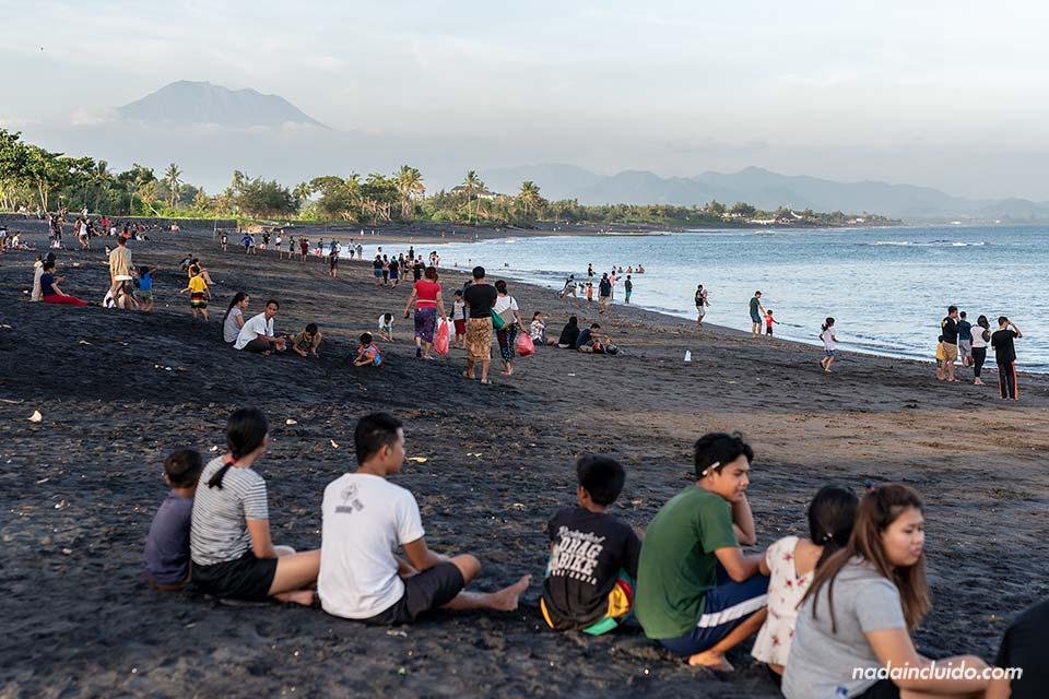 Indonesios disfrutan de la playa de Sabah (Bali, Indonesia)