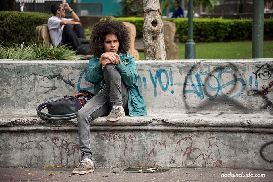 Joven espera en el Parque Morazán de San José (Costa Rica)