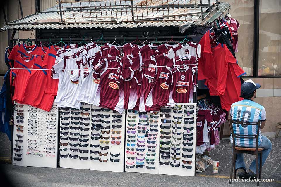 Puesto de camisetas de fútbol del Saprissa y La Liga en San José (Costa Rica)