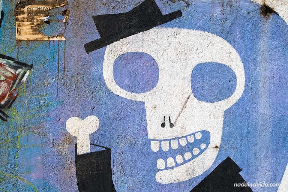 Una graffiti de un esqueleto en el barrio del Carmen de San José (Costa Rica)