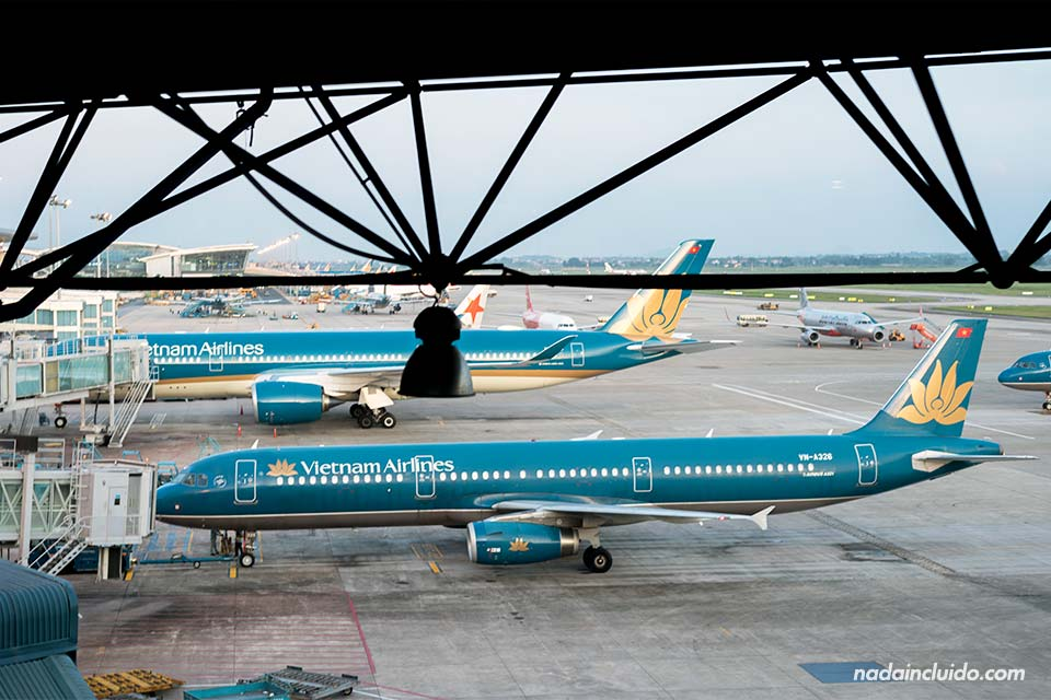 Aviones de Vietnam Airlines en el aeropuerto de Hanoi (Vietnam)