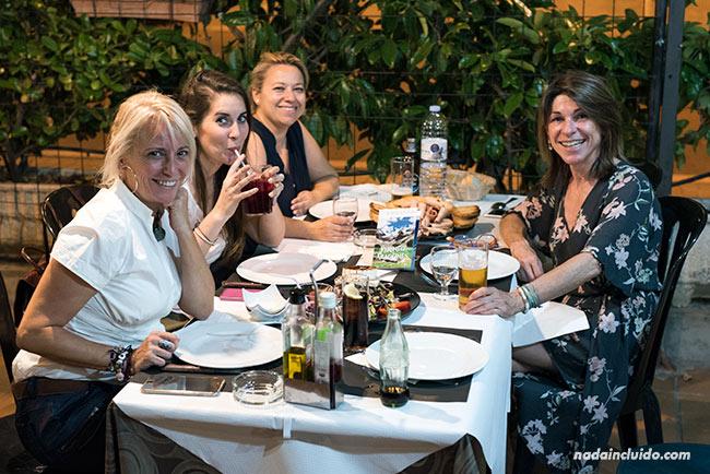 Blogueros de viaje comiendo en el Asador La Parrilla de Aínsa (Aragón)