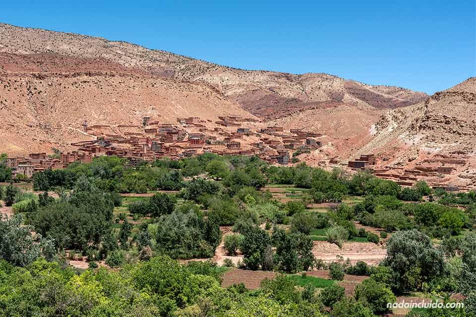 Pueblos junto a la carretera que atraviesa la cordillera del Atlas (Marruecos)