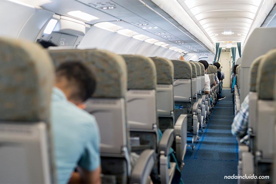 Interior del avión de Vietnam Airlines que cubre la ruta entre Hanoi y Da Nang (Vietnam)