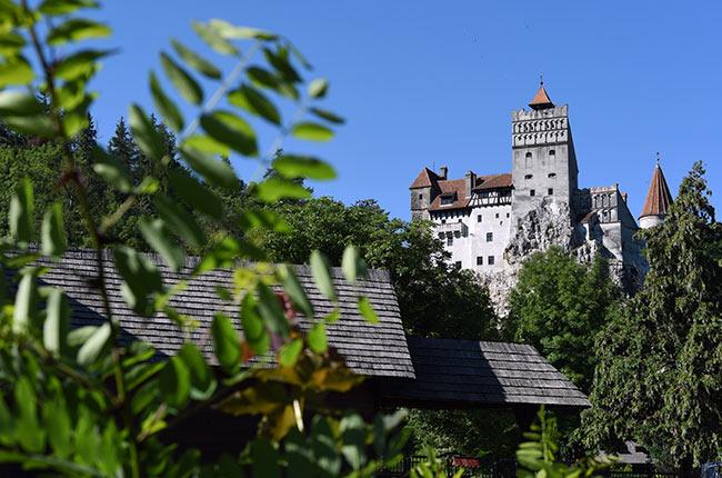 Vista del castillo de Bran desde lejos (Rumanía)