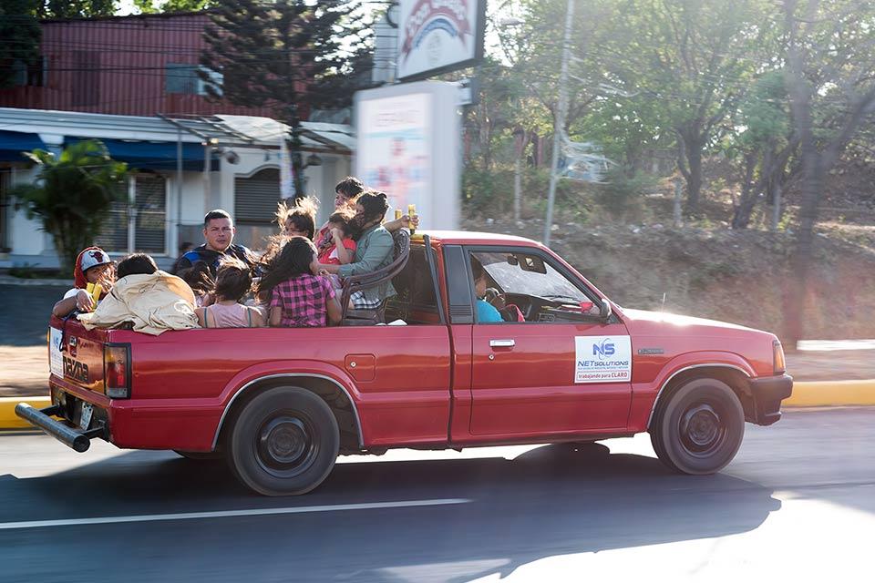 Coche lleno de gente en las carreteras de Managua (Nicaragua)