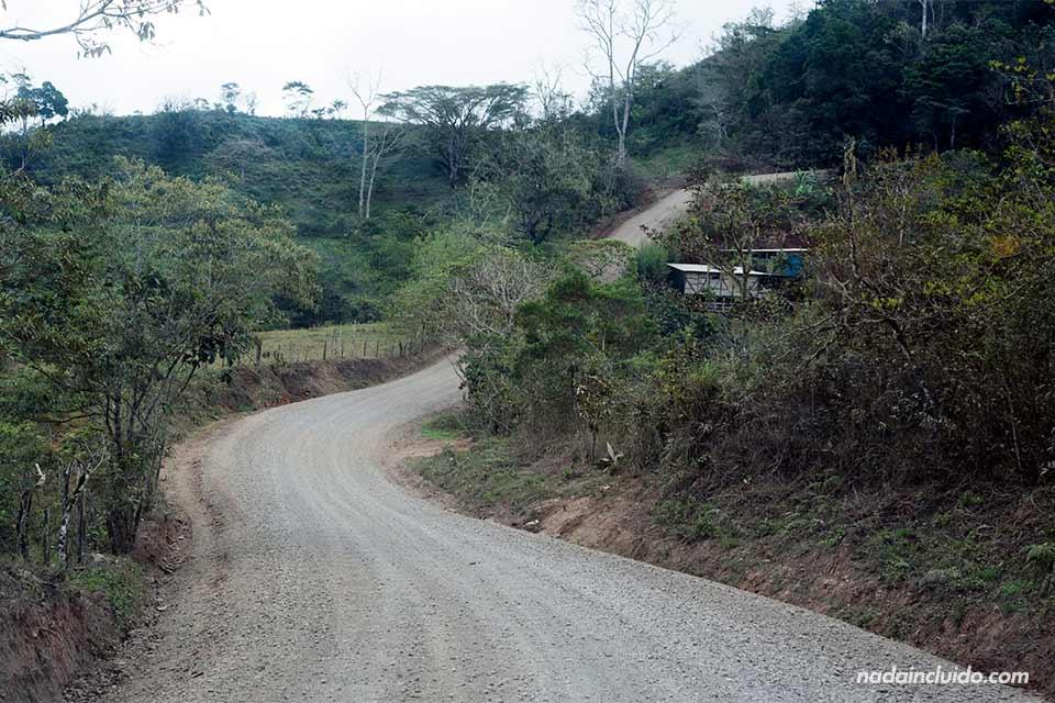 Carretera de montaña a Costa Rica. Ruta entre San José y la carretera costanera
