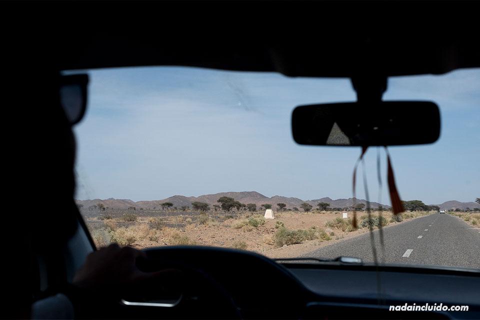 Conduciendo por las carreteras del desierto de Marruecos
