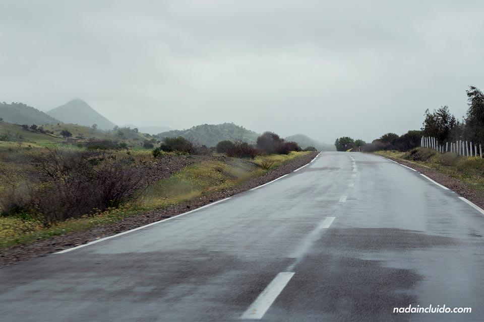 Carretera secundaria de Marruecos cerca de la ciudad de Meknes
