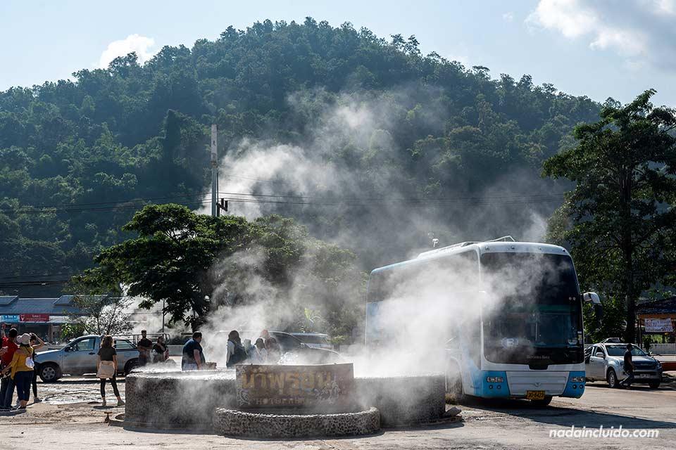 Un bus parado en Thaweesin Hotspring (Chiang Rai, Tailandia)