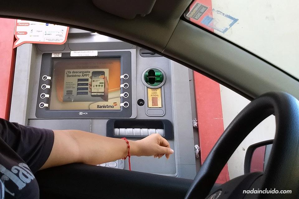 Cajero automático desde el coche desde Ciudad de Panamá