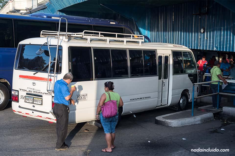 Minibus en la terminal de David (Panamá)