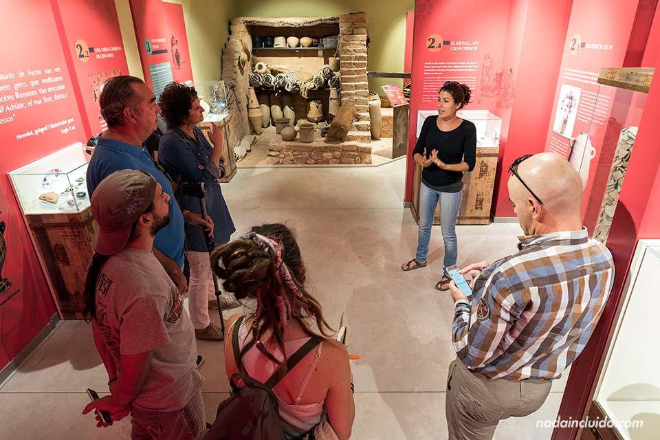 Guía en el museo del yacimiento Font de la Canya (Barcelona)