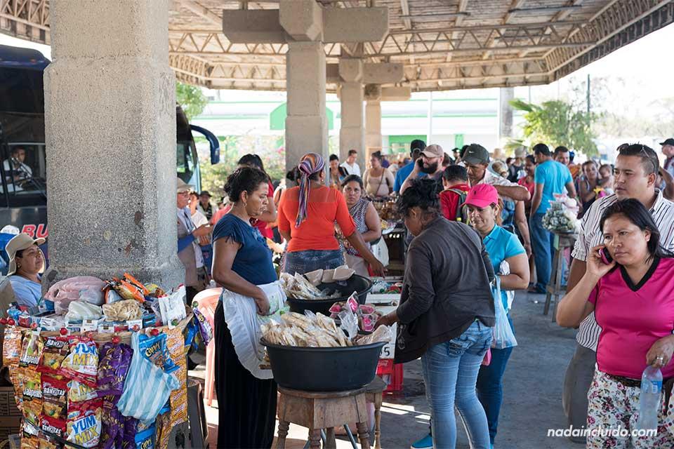 Puestos de venta en la frontera entre Nicaragua y Costa Rica