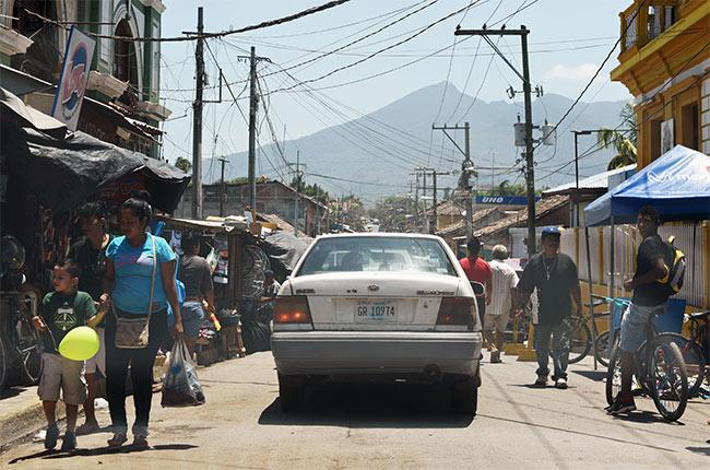 Recorriendo el mercado de Granada en coche (Nicaragua)