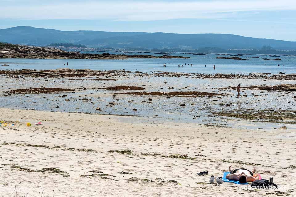 Bañista en la playa de Xastelas en el parque natural de Carreirón (Illa de Arousa, Galicia)