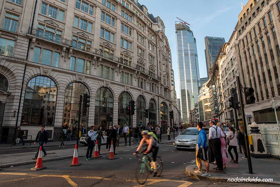 Movimiento en The City, el distrito financiero de Londres (Inglaterra)