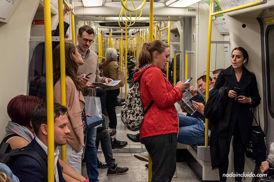 Metro de Londres a su paso por la estación de Victoria (Inglaterra)