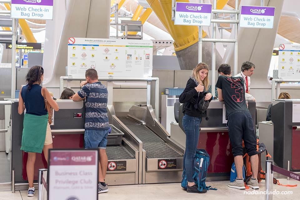 Haciendo el check in para Qatar Airways en el aeropuerto de Barajas (Madrid)