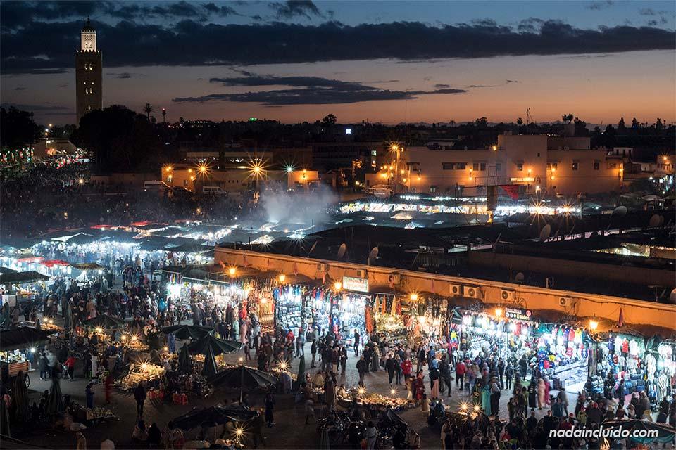 Atardecer sobre la Plaza de Yamaa el Fna en Marrakech (Marruecos)