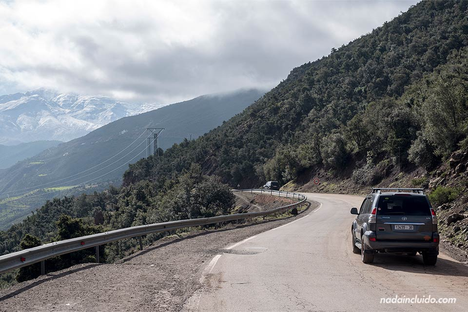 Coche recorre una carretera junto al Atlas marroquí (Marruecos)