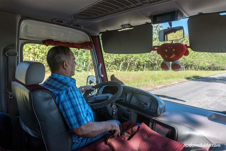 Minibus en la ruta de David a Almirante, el puerto de salida de las barcas a Bocas del Toro (Panamá)