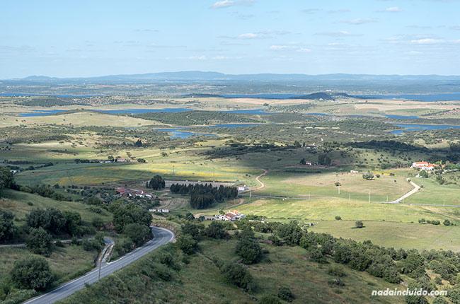 Vistas del lago Alqueva desde Monsaraz (Alentejo, Portugal)
