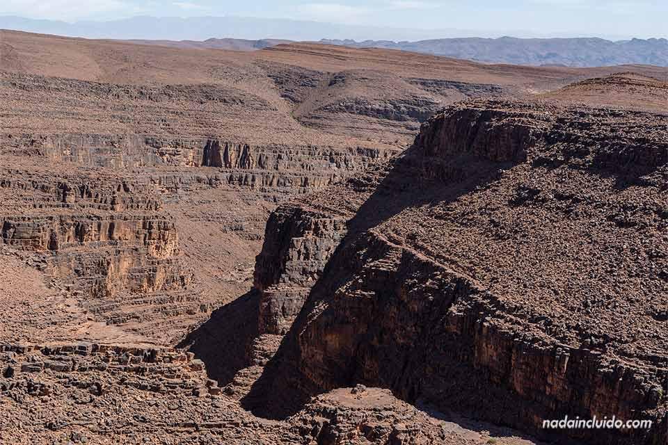 Paisaje escarpado de camino al desierto de Marruecos