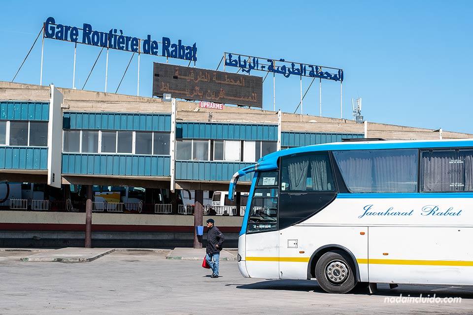 Autobús parado en la terminal de Rabat, capital de Marruecos