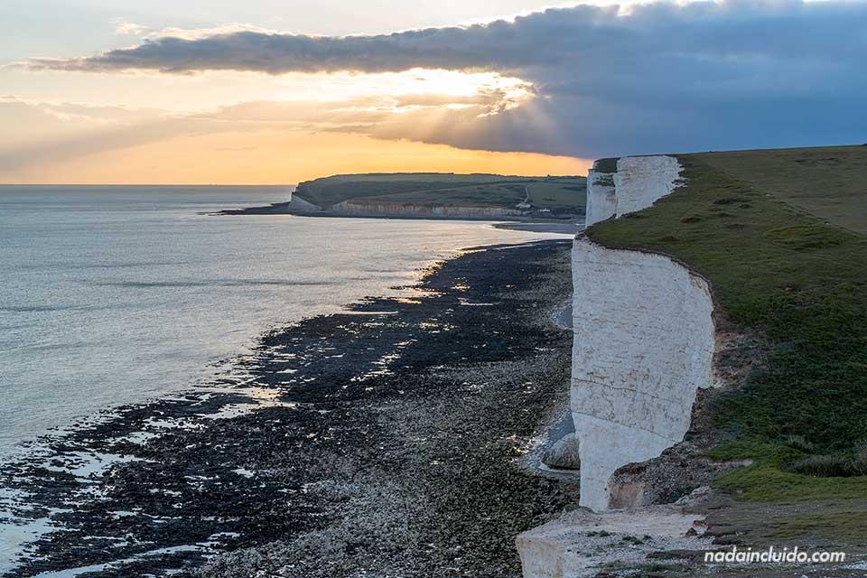 Atardece en los acantilados Seven Sisters, cerca de Brighton (Inglaterra)