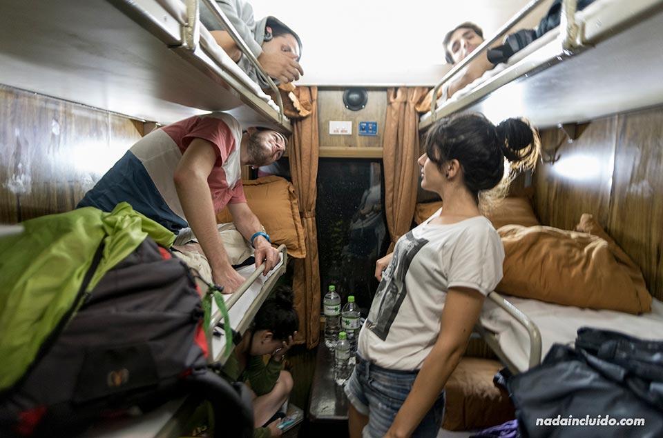 Camarote del tren nocturno que conecta las ciudade de Hanoi y Lao Cai, Sapa (Vietnam)