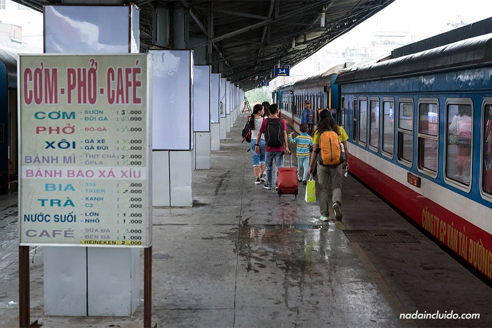 Tren a Mui Ne en la estación de tren de Ho Chi Minh (Vietnam)