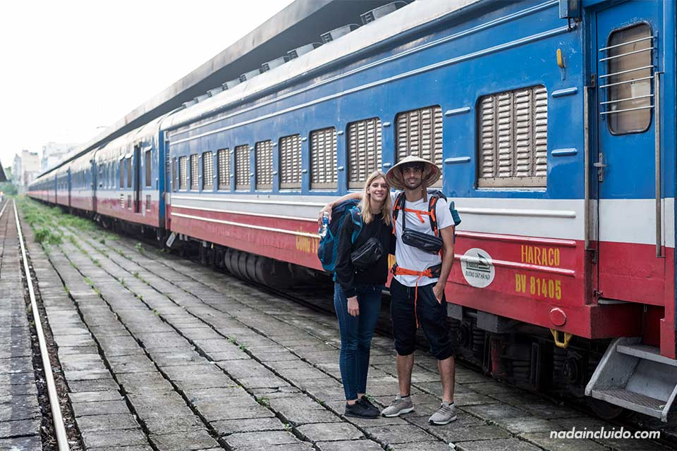 Turistas en un tren de Vietnam, el que cubre la ruta entre Phan Thiet y Ho Chi Minh