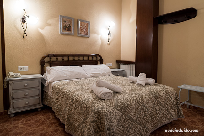Habitación del Hotel Sánchez en Aínsa (Aragón)