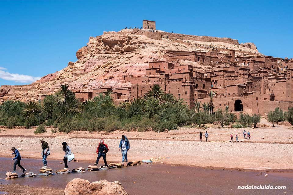 Río junto al Kasbah de Ait Ben Haddou (Marruecos)
