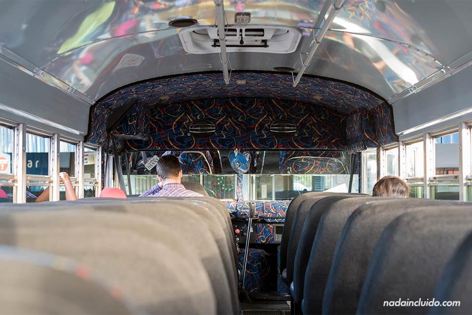 Interior del autobús que cubre la línea David - Boquete (Panamá)
