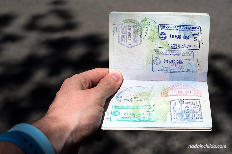 Pasaporte español con sello de Costa Rica