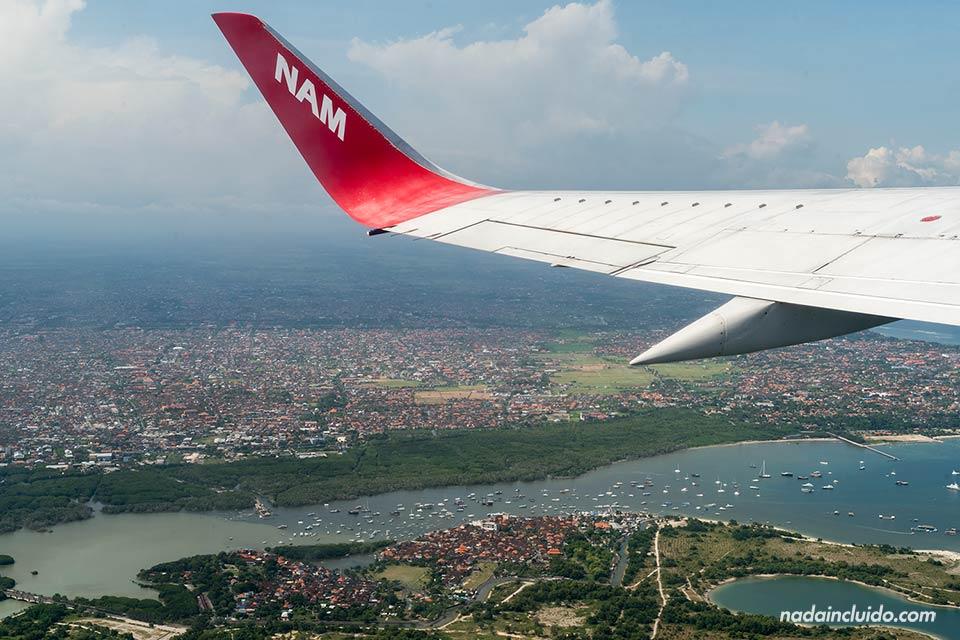 Sobrevolando la isla de Bali con Nam Air (Indonesia)