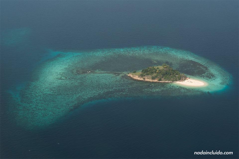 Isla del parque nacional de Komodo (Indonesia)