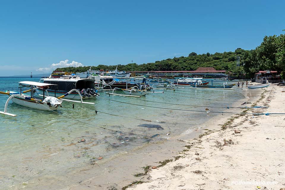 Barcos en el puerto de Padangbai (Bali, Indonesia)