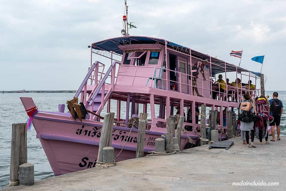 Barco en el muelle de Ban Phe con dirección a Koh Samet (Tailandia)