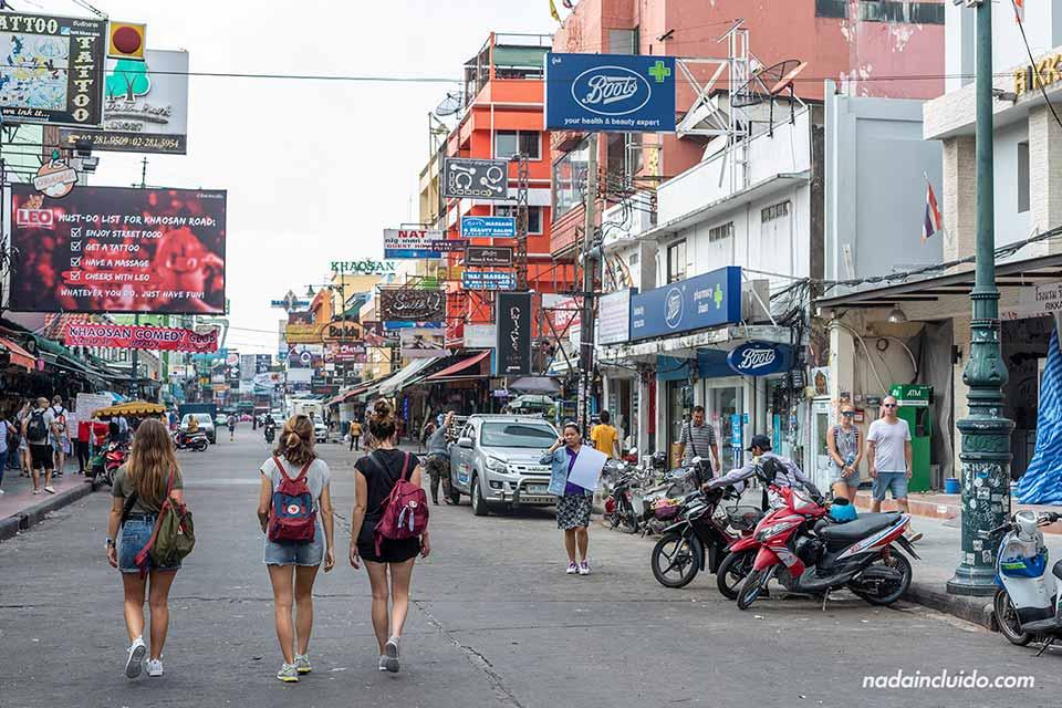 Turistas en la Khao San road de Bangkok (Tailandia)