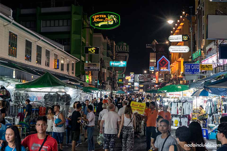 Multitud durante la noche en la Khao San road de Bangkok (Tailandia)