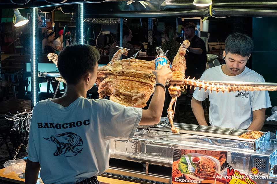 Puesto de cocodrilo en la Khao San Road de Bangkok (Tailandia)